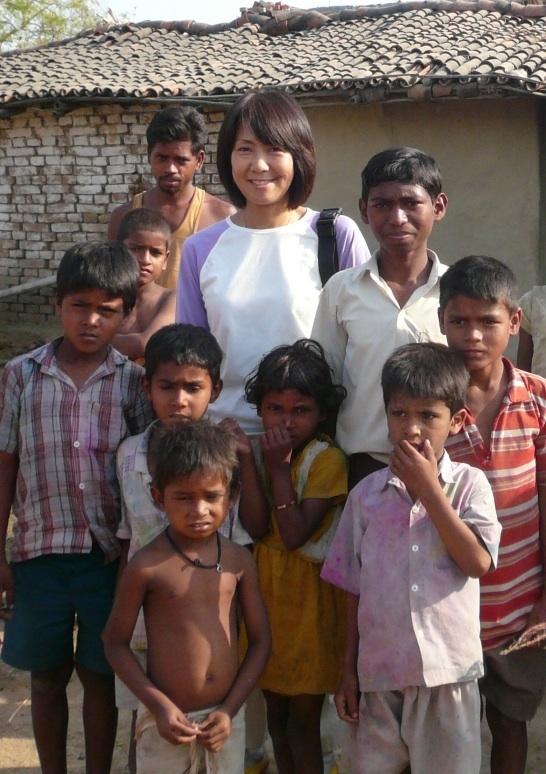 Midori, Seminarleiterin, hier bei einer Happy Science Spendenaktion mit Kindern in Indien